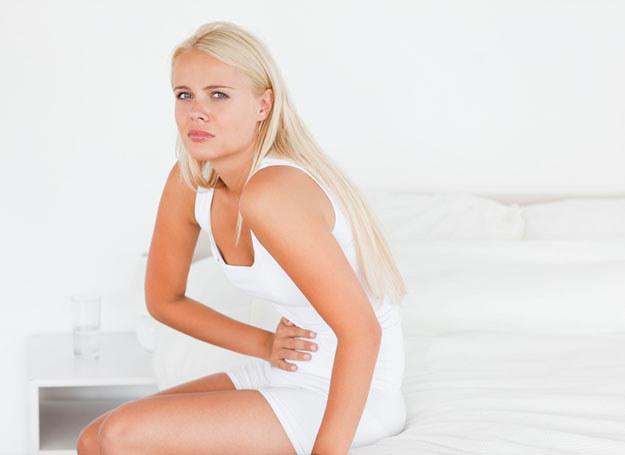 Jeśli ból brzucha nie mija pomimo wzięcia lekarstw, trzeba się zgłosić do lekarza /© Panthermedia