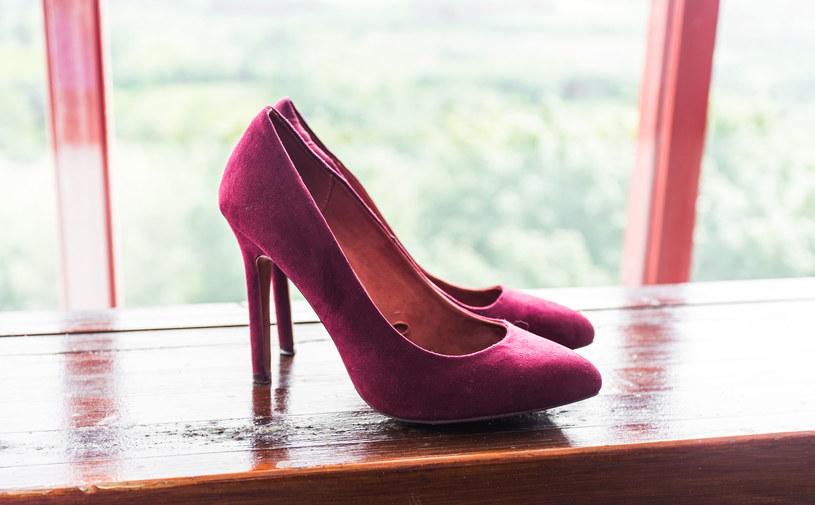 Jeśli buty są nowe to przed wyjściem na imprezę warto pochodzić w nich po domu /123RF/PICSEL