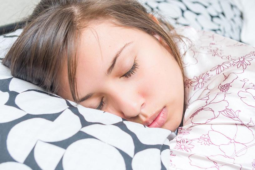 Jeśli chcemy, aby nasz sen był spokojny i głęboki, problemy całego dnia musimy zostawić za progiem sypialni. W tym wieczornym relaksie może nam pomóc aromaterapia /123RF/PICSEL