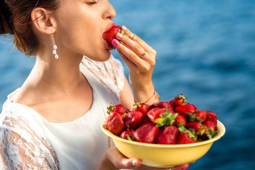 Jeśli chcemy uniknąć wzdęć, musimy jeść powoli /123RF/PICSEL
