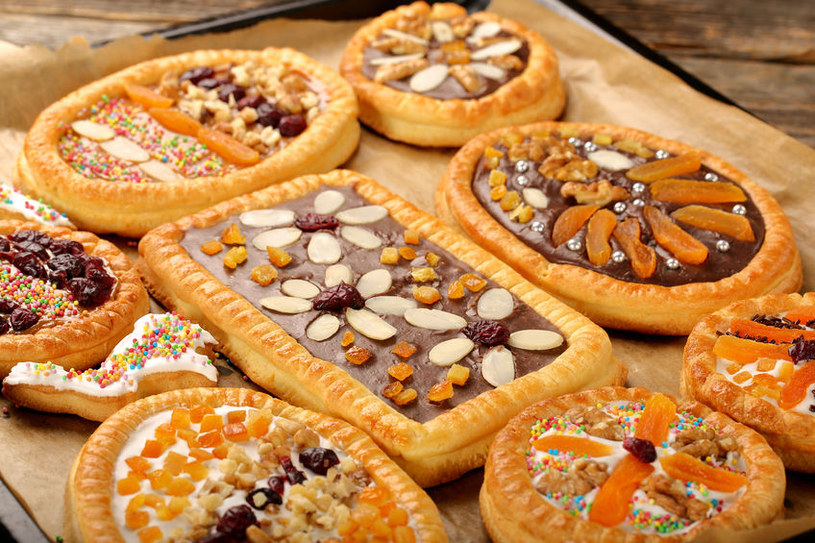 Jeśli chcesz przygotować błyskawiczny mazurek, jako spód wykorzystaj płat ciasta francuskiego (upieczonego w 190 st. C przez 20 min) /123RF/PICSEL