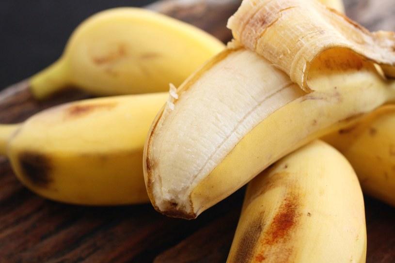 Jeśli chcesz schudnąć, do porannego muesli z jogurtem dodaj niedojrzałego banana. Przejrzałych lepiej unikaj /123RF/PICSEL