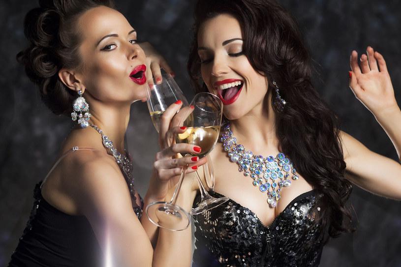 Jeśli chcesz w sylwestrową noc wyglądać jak milion dolarów, musisz zacząć przygotowania już teraz! /123RF/PICSEL