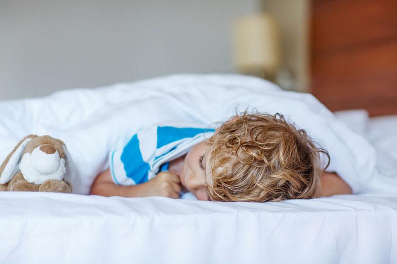 Jeśli choroba ma w miarę łagodny przebieg, wystarczy, by dziecko poleżało przez kilka dni w łóżku /123RF/PICSEL
