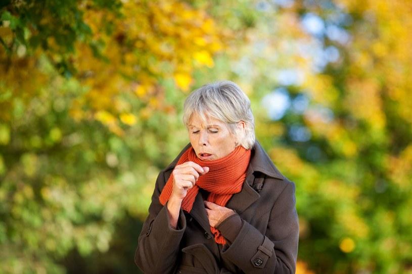 Jeśli chrypce towarzyszy obniżenie głosu, to może być problem z tarczycą /123RF/PICSEL