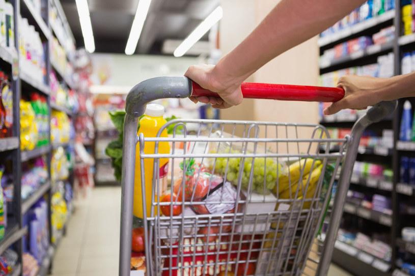 Jeśli cierpisz na bóle głowy, warto odstawić koszyk i korzystać z wózka w sklepie /123RF/PICSEL