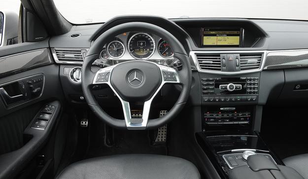Jeśli czegoś tu nie brakuje, są to przyciski. Każde auto ma ekran centralny obsługiwany pokrętłem między fotelami. Materiały trwałe, ale nie sprawiają wrażenia luksusowych. /Motor