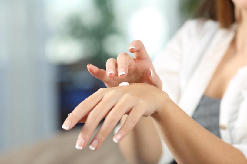 Jeśli częste mycie sprawia, że twoja skóra jest sucha, użyj nawilżającego kremu do rąk /123RF/PICSEL