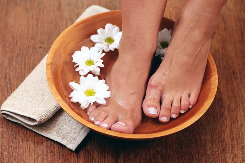 Jeśli często chodziłaś w klapkach i sandałkach, stopom potrzebna jest teraz intensywna pielęgnacja /123RF/PICSEL