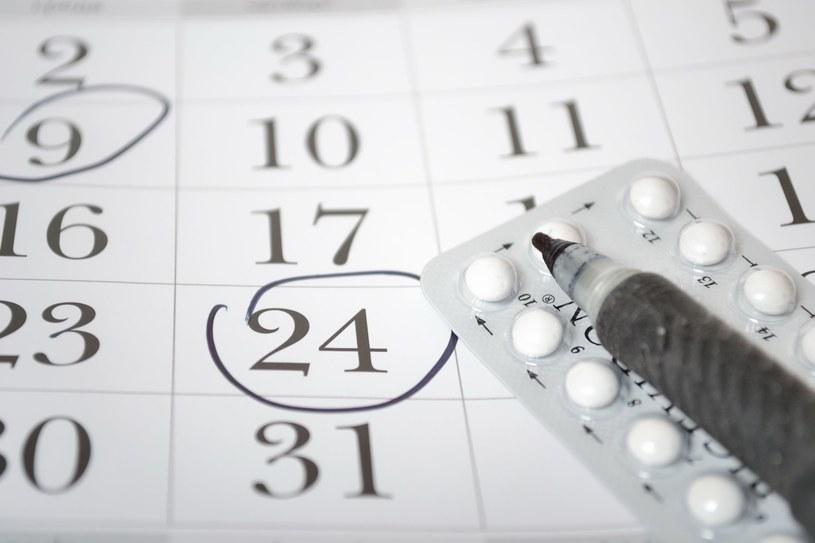 Jeśli często zdarza ci się zapominać o tabletce, poproś ginekologa o zmianę metody /123RF/PICSEL