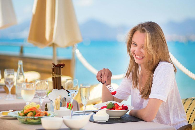 Jeśli czujesz lekkie ssanie w żołądku, idź do bufetu po porcję owoców, warzyw, świeżo wyciskany sok /123RF/PICSEL