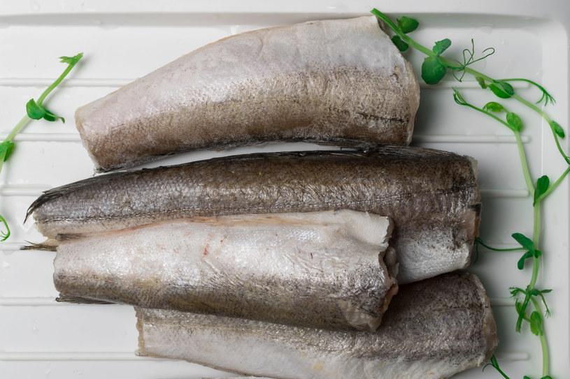 Jeśli decydujesz się na zakup mrożonej ryby, pamiętaj, by rozmrażać ją powoli /123RF/PICSEL