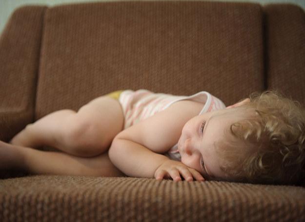 Jeśli dziecko nie ukończyło 6. miesiąca życia i ma pierwsze objawy choroby, należy zasięgnąć rady pediatry. /123RF/PICSEL