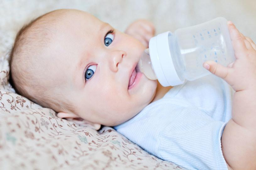 Jeśli dziecko skończyło już 4. miesiąc życia, jego posiłki mleczne można urozmaicać, dodając do mleka modyfikowanego kleik przeznaczony specjalnie dla niemowląt /123RF/PICSEL