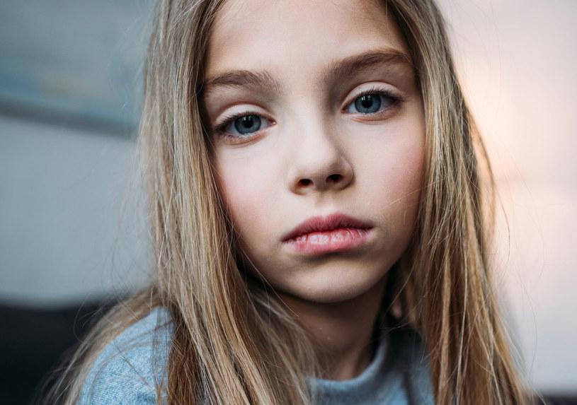Jeśli dziecko staje się apatyczne i smutne, powinien to być dla nas sygnał alarmowy /123RF/PICSEL