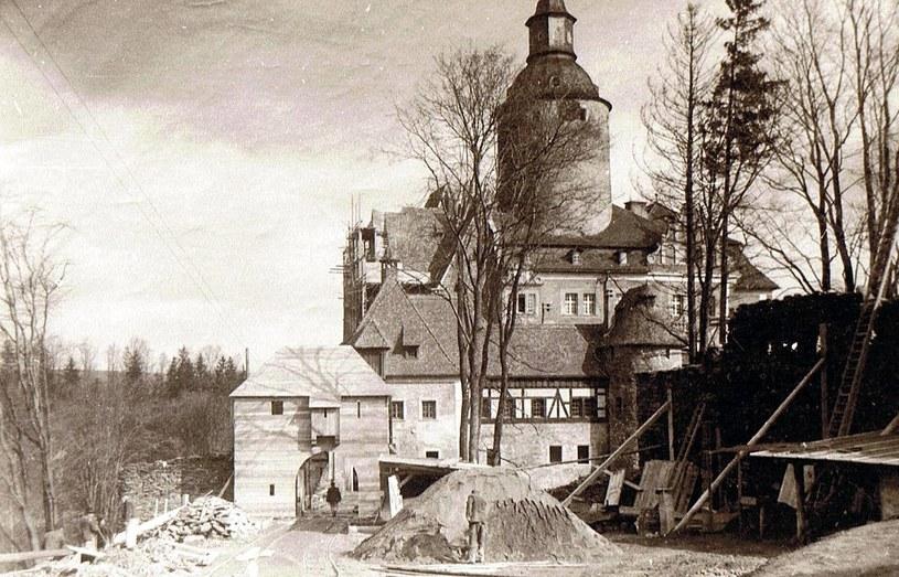 Jeśli Ernst Gütschow, właściciel Czochy, akceptował rozwiązanie – budowa ostro ruszała. Ebhardt rekonstruował Czochę w sposób widowiskowy, stawiając drewniane modele naturalnej wielkości. Zb. EBI Marksburg,  repr. J. Skowroński /Odkrywca