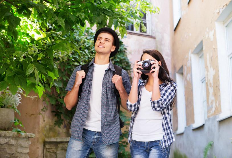 Jeśli jesteś osobą otwartą na nowe znajomości, chętną do poznawania kultur i kochającą podróże, couchsurfing jest zdecydowanie dla ciebie /123RF/PICSEL