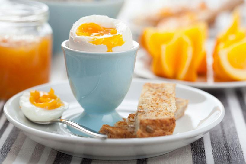 Jeśli jesteśmy ogólnie zdrowi, bez obaw możemy zjadać jedno jajko dziennie /123RF/PICSEL