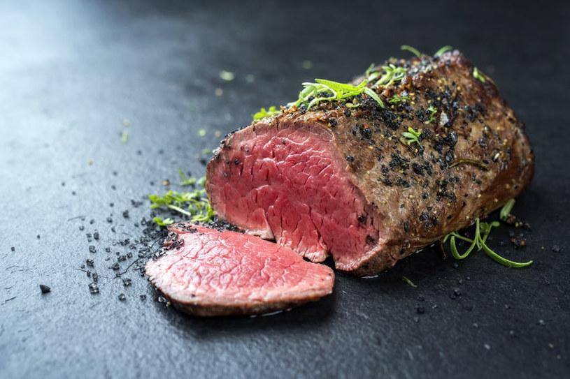 Jeśli lubisz krwiste mięso wołowe, do pieczenia wybierz polędwicę, a temperaturę obniż do 80°C. Inne części wołowe pieczone w krótszym czasie mogłyby się okazać twarde w środku. /123RF/PICSEL