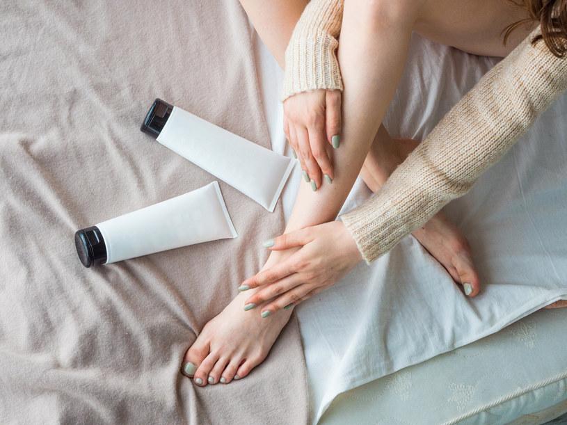 Jeśli mamy przesuszoną skórę, to należy sięgać po balsamy, które zawierają olejki odżywcze /123RF/PICSEL