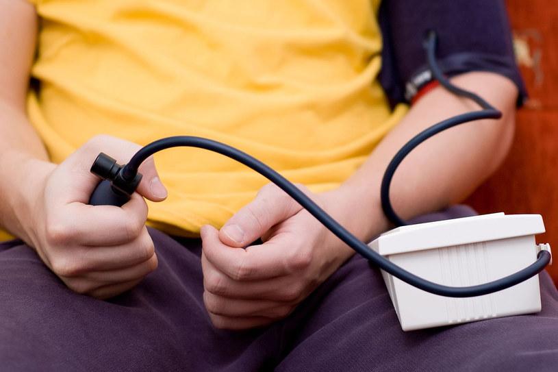 Jeśli mamy stwierdzone nadciśnienie, powinniśmy codziennie kontrolować je ciśnieniomierzem z mankietem na ramię lub nadgarstkowym /123RF/PICSEL