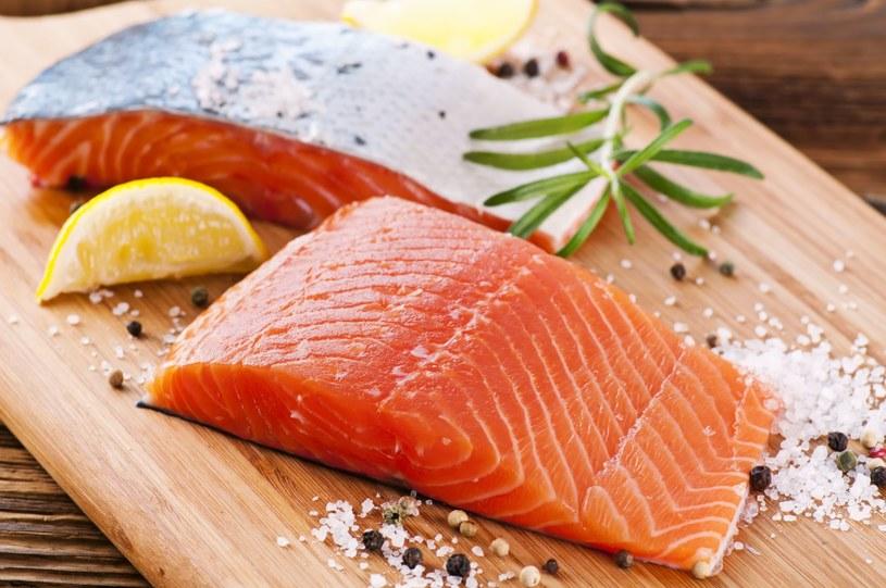 Jeśli masz ochotę na łososia, sprawdź, jakiej jest odmiany. Wybieraj dziką rybę, nie hodowlaną /123RF/PICSEL