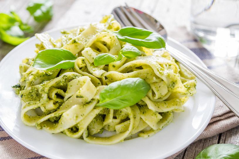 Jeśli masz ochotę na szybki obiad, wypróbuj przepis na wiosenne tagliatelle z domowym pesto /123RF/PICSEL