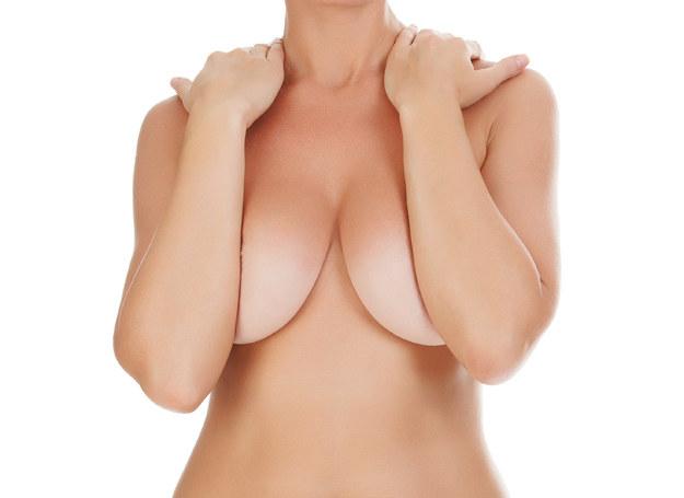 Jeśli mleko nie zaniknie, mimo odstawienia dziecka od piersi, trzeba udać się do ginekologa, by zapisał odpowiedni lek. /123RF/PICSEL