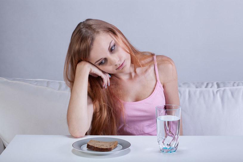 Jeśli nasze dziecko oświadcza, że rezygnuje ze słodyczy albo białego pieczywa, to można gorąco mu kibicować. Jednak gdy próbuje ograniczyć menu do warzyw i skrawka mięsa ugotowanego na parze, to robi się niebezpiecznie /123RF/PICSEL