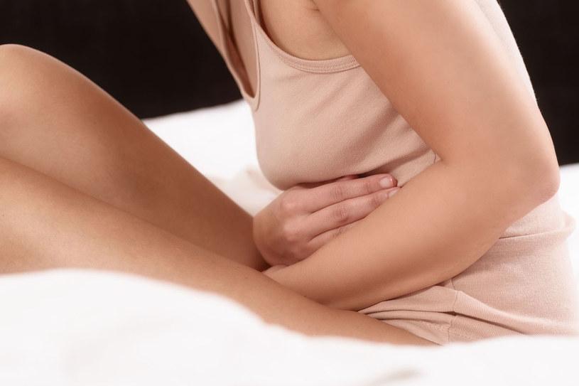 Jeśli nie dbasz o wątrobę powiększa się, rozciąga torebkę, która ją otacza i uciska sąsiadujące z nią narządy. A ty czujesz gniecenie w boku /123RF/PICSEL