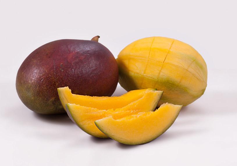 Jeśli nie jesteś alergikiem, możesz jeść skórkę z mango /123RF/PICSEL