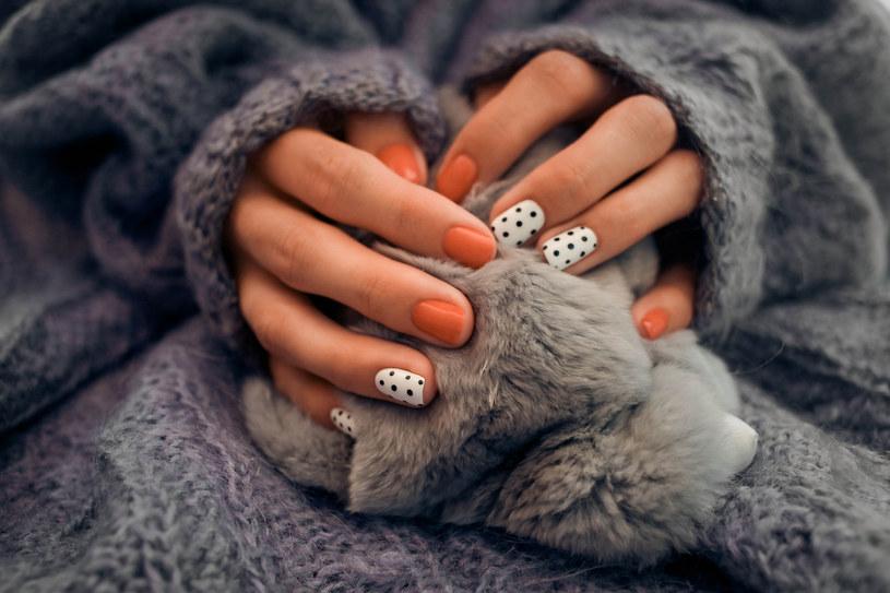 Jeśli nie masz czasu wieczo- rem przygotować maseczki, nałóż na dłonie grubą warstwę masła do ciała i załóż bawełniane rękawiczki /123RF/PICSEL