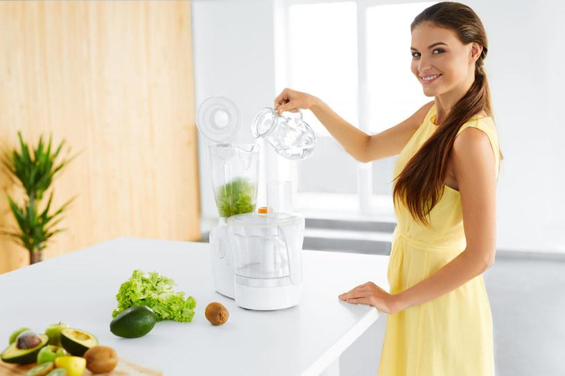 Jeśli nie masz zbyt dużo czasu na celebrowanie porannego posiłku, dobrym rozwiązaniem są koktajle warzywno-owocowe. Aby dodały energii, warto, by w ich składzie znalazł się banan, winogrona i awokado /123RF/PICSEL