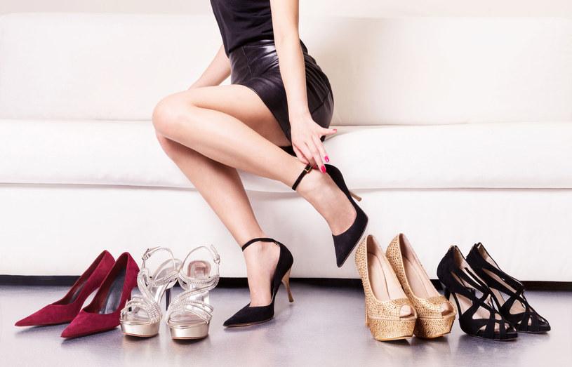 Jeśli nie możesz zmienić butów na bardziej komfortowe, zafunduj sobie profilowane żelowe wkładki /123RF/PICSEL