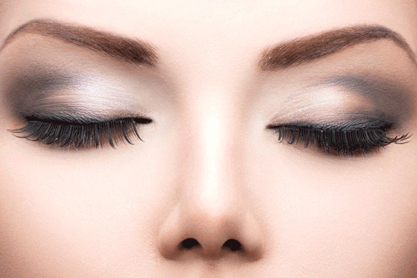 Jeśli nie umiesz wyznaczyć kształtu brwi, skorzystaj z pomocy kosmetyczki. Potem sama będziesz to robić wzdłuż wyznaczonego łuku /123RF/PICSEL