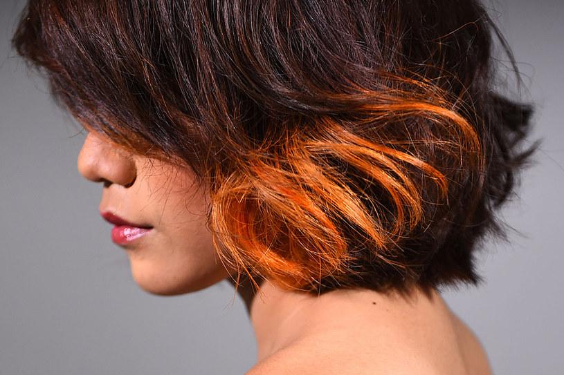 Jesli nigdy nie farbowałaś włosów, nie decyduj sie na radykalną zmianę. Przetestuj najpierw najlepszy dla siebie odcień /123RF/PICSEL