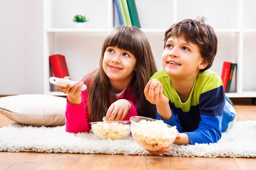 Jeśli oglądane przez dzieci bajki będą dostosowane do ich wieku, a czas spędzony przez ekranem kontrolowany i limitowany – chwile przed ekranem przyniosą wyłącznie korzyści /123RF/PICSEL