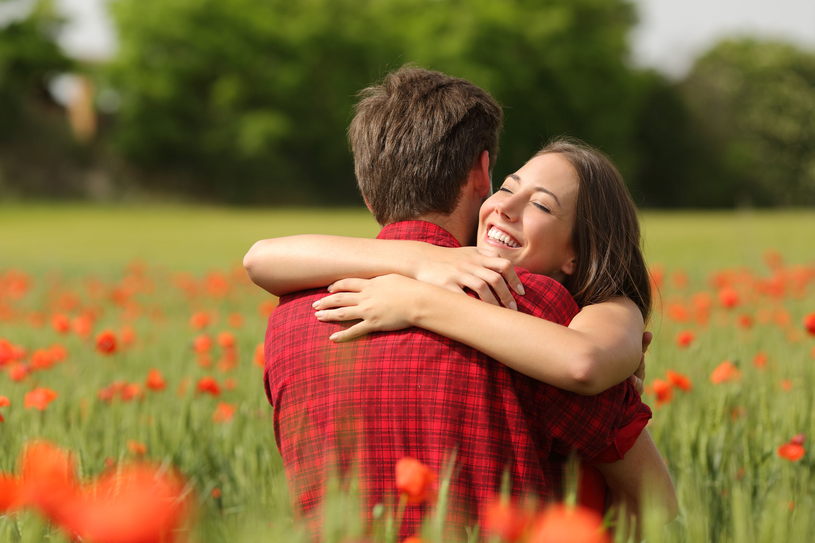 Jeśli para często się przytula, w organizmie obojga osób poziom oksytocyny wzrasta, a tym samy ryzyko zdrady maleje /123RF/PICSEL