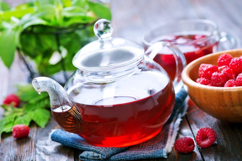 Jeśli pijesz owocową herbatę dłużej niż pięć minut, narażasz się na uszkodzenie zębów! /123RF/PICSEL