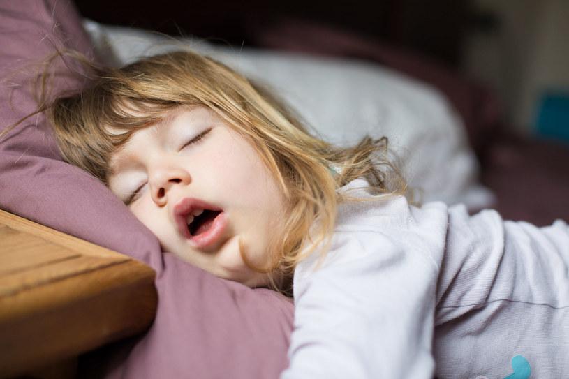 Jeśli pójście do łóżka poprzedzą określone rytuały, dziecko wcześniej zaśnie i pośpi nawet godzinę dłużej /123RF/PICSEL