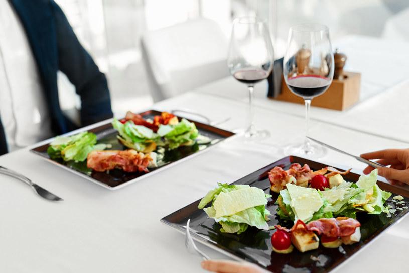 - Jeśli posiłki spożywamy regularnie, ale o podobnych wartościach energetycznych organizm może odbierać to, jako podjadanie /123RF/PICSEL