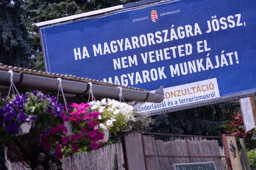 """""""Jeśli przyjeżdżacie na Węgry, nie zabierajcie Węgrom pracy"""" - jeden z kontrowersyjnych billboardów /AFP"""
