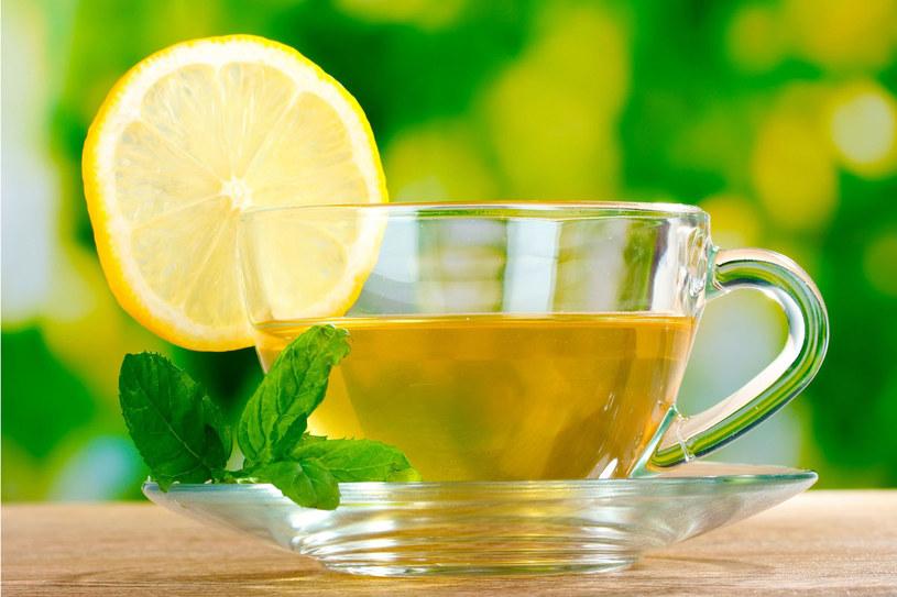 Jeśli przyjmujesz leki, lepiej zapytać farmaceutę, czy ziołowe herbatki ci nie zaszkodzą /123RF/PICSEL