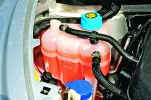 """Jeśli silnik """"zagotuje się"""" i wyrzuci płyn, nie wolno dolewać zimnej wody (lepiej wlać gorącą lub poczekać, aż silnik ostygnie). /Motor"""