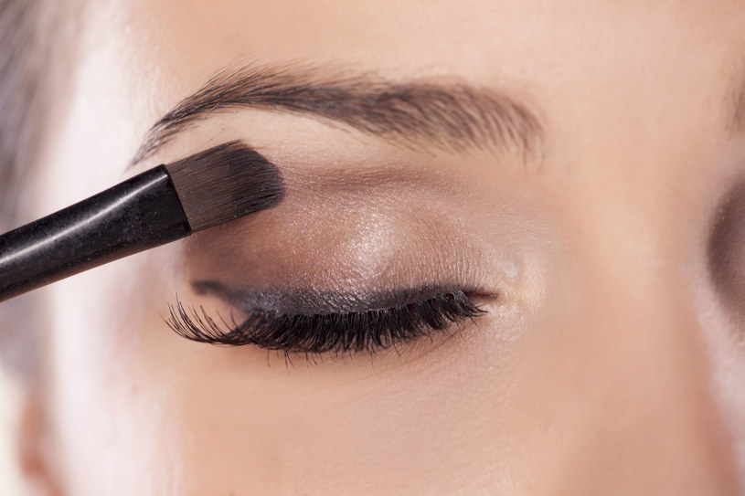 Jeśli stawiasz na mocny akcent na powiekach, usta pomaluj cielistą szminką /123RF/PICSEL