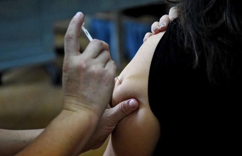 Jeśli szczepionka kosztuje np. 50 zł, podatek od pracownika znajdującego się w drugim progu skali (32 proc.) to 16 zł /AFP