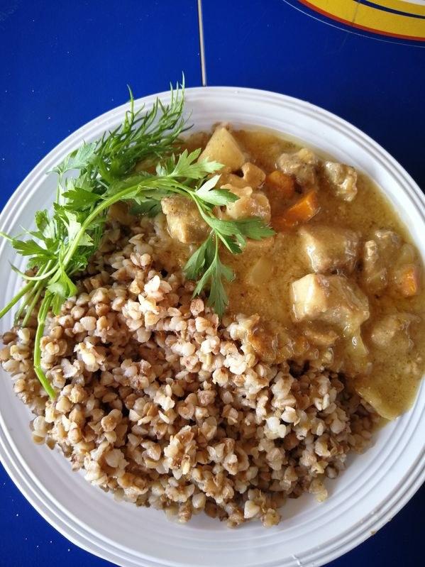 Jeśli szukasz inspiracji na pożywne danie kolacyjne z pieca, oto pomysł na aromatyczną potrawkę z kurczakiem /123RF/PICSEL