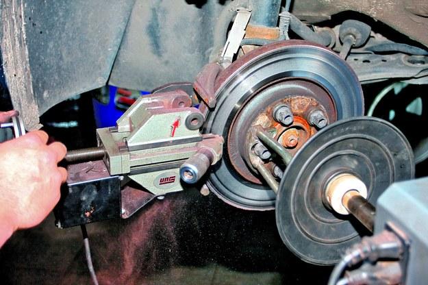 Jeśli tarcze kwalifikują się do regeneracji, pracownik serwisu szlifuje tarcze znajdujące się na piaście. Dzięki temu niweluje bicie osiowe tarczy i ewentualne bicie osiowe piasty, będące często głównym powodem silnych drgań auta podczas hamowania. /Motor
