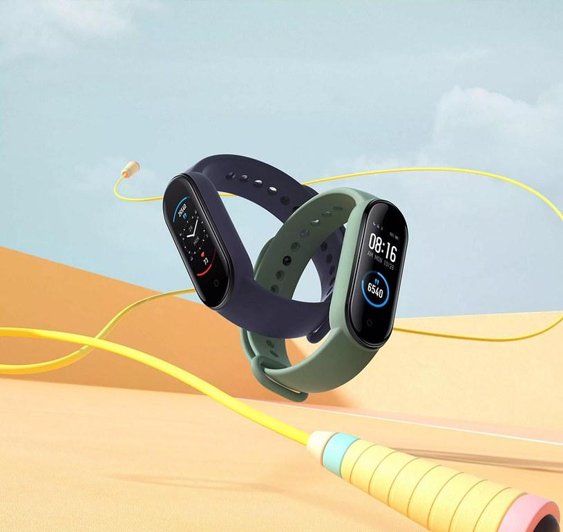 Jeśli twój partner lubi kontrolować swoje treningi, smartband będzie dla niego doskonałym prezentem /materiały promocyjne