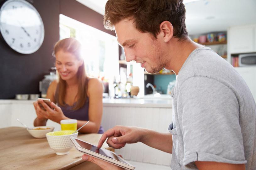 Jeśli tylko mamy wolną chwilę sięgamy po telefon, aby bezmyślnie przewertować wszystkie media społecznościowe. /123RF/PICSEL